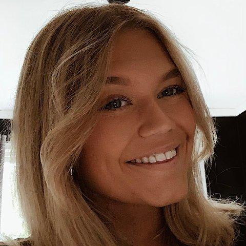 VANSKELIG: Russepresident Julie Gluggvatshaug på Bjertnes videregående ber medelevene forholde seg til smittevernreglene og være ekstra forsiktige frem mot mai. Håpet er at man da i det minste kan få litt mulighet til å feire.