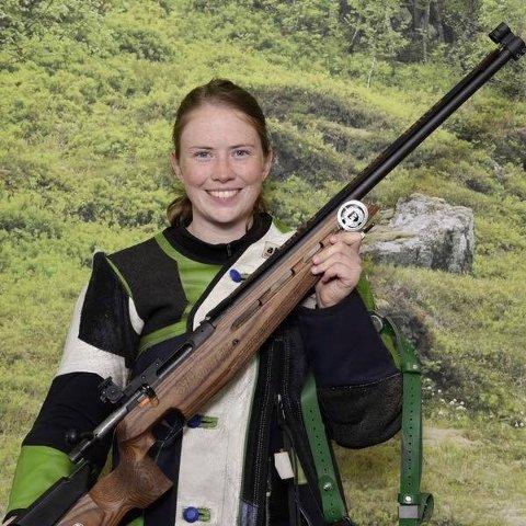 Ida Elisabeth Finstad får skive nummer en i kveldens finale i klasse 2 i Landsskytterstevnet i Førde.