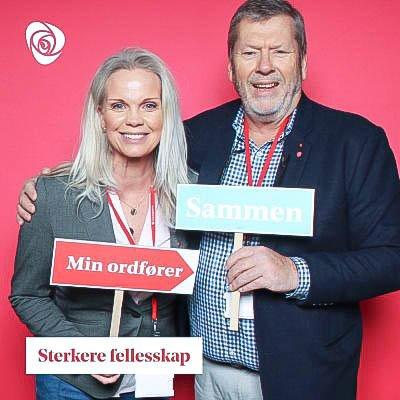 LANDSMØTEFOTO: Vestbys to representanter på Ap-landsmøtet, Anette Mjåvatn og ordfører Tom Anders Ludvigsen, foreviget på landsmøtet i Oslo Kongressenter.