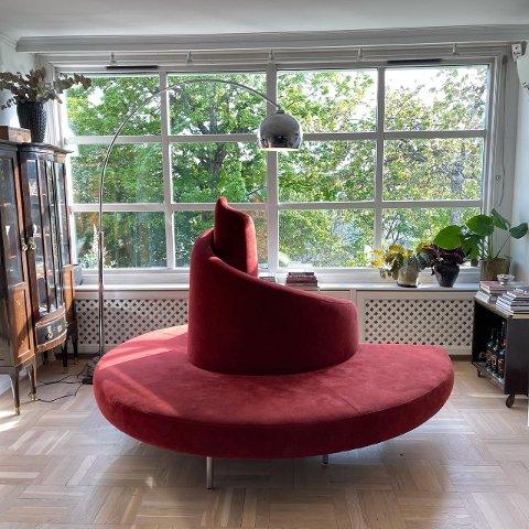 Denne italienske sofaen inspirert av et tårn som aldri ble bygget, er Anne Steenstrup-Duch superfornøyd med.