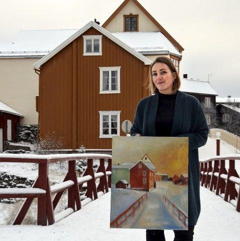 RAUBRUA: Eli Wintervold ved Raubrua som hun også har malt på bildet hun viser fram. - Jeg er jo spent, som alltid før en utstilling. Det hører med, og denne gangen har jeg ikke vist fram bildene mine på forhånd til andre enn mine aller nærmeste.     Foto: Guri Jortveit
