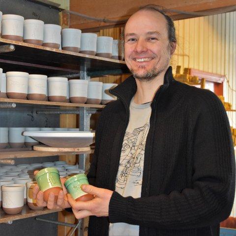 Daglig leder ved Potteriet viser stolt fram årets martnaskrus. Krusene blir erfaringsvis raskt utsolgt, så i år har han økt opplaget fra 400 til 700 krus.