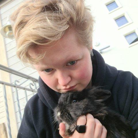 HENLAGT: Aurora Hansine Hanssen så kaninen sin bli drept på overvåkingskamera. Politiet sier de ikke kan gjøre noe med saken.
