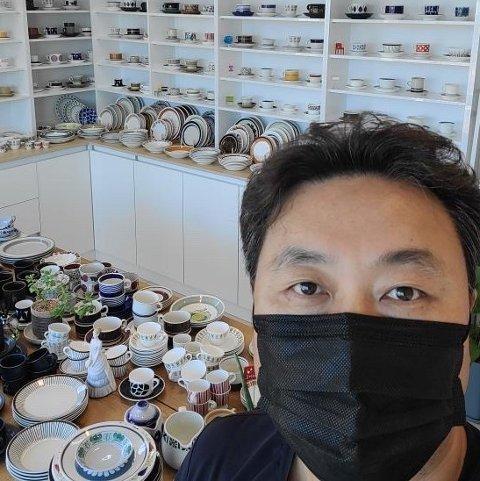 RETRO: Sungmin Lee selger nordisk fajanse i Korea. Egersund fajanse er noe av det dyreste i butikken.
