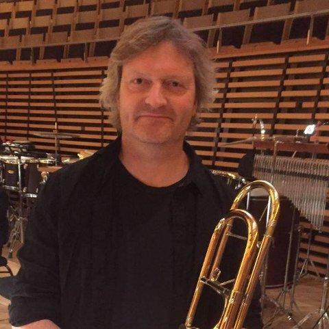 Hans Andreas Kjølberg  er klar til å dirigere medlemmene i Musikkforeningen Viken.