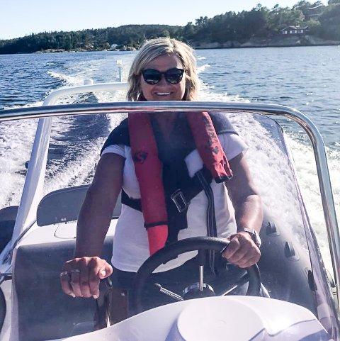 FORSLÅTT: Tone Karlsen kjører rib for første gang. –Jeg liker at det går unna selv om jeg 57 år, sier hun. Onsdag brakk hun armen etter et ublidt møte med asfalten på elsykkelen sin.