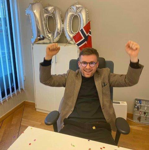 MILEPÆL: Megler Svein Arne Pedersen (26) solgte tirsdag bruktbolig nummer 100 i 2020.