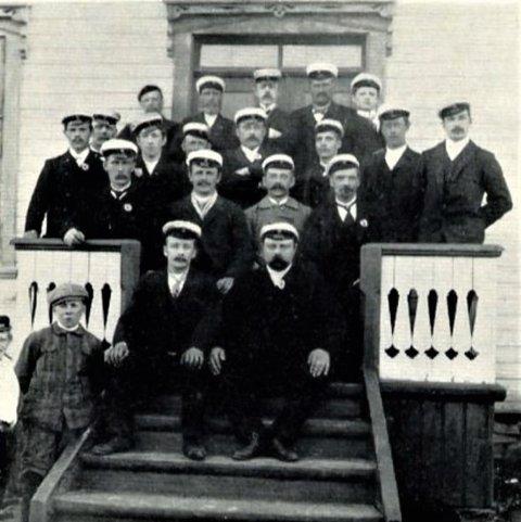 LYSTTUR: I 1907 dro koret på lysttur til Jarfjord. Ferden gikk med båt fra Vardø til Kirkenes. I bakerste rekke nr. 2 fra høyre Petter Isaksen.