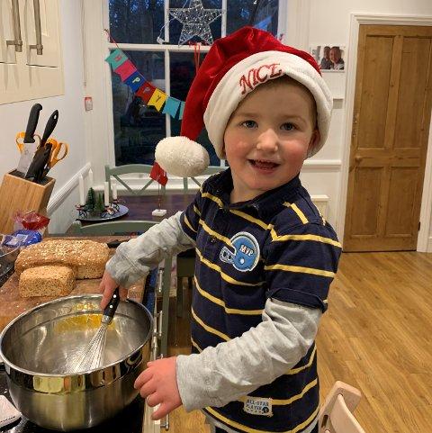 «KJØKKENSJEFEN»: Henrik (2) hjelper gjerne til på kjøkkenet hos familien Eikenes i London-forstaden Wimbledon.
