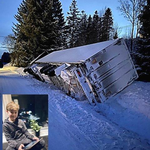 Dramatikk på vegen: Lucas Nogva-Johansen (9) satt og spilte da han hørte et brak på vegen nedenfor huset. Da han fikk vite at sjåføren ikke ble skadet, tok han bilde av laksetraileren i grøfta.