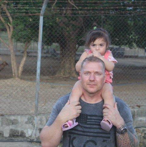 Bjørn Berdal var ut for en alvorlig motorsykkelulykke i august 2019. Her sammen med datteren Sabrina, da de var på ferie på Filippinene for noen år siden, før ulykken.