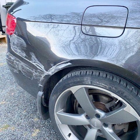 SKADE: Bilen ble bulket og skrapet opp mens den sto parkert i Storgata i sentrum på Finnsnes.