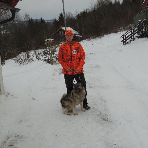 JAKT OG KONKURRANSEKAMERATER: Tåle av Kverenget og Emil Nystuen ble norgesmestre i løs elghund. (foto privat)