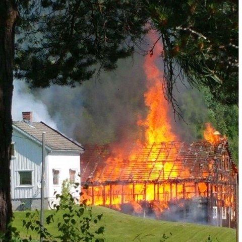 VOLDSOM VARME: Ilden slo høyt til værs fra den tørre låvebygningen. Foto: Innsendt