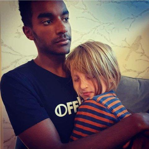 FAMILIE: Gabriel har vært en del av Bondevik-familien siden han var to år gammel. Her sammen med Brage.