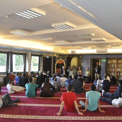 Godt oppmøte: Moskeen i Larvik var velfylt under fredagens møte, og flere frammøtte benyttet muligheten til å stille spørsmål.