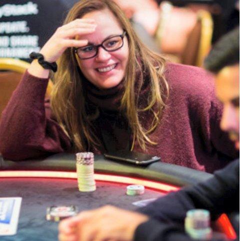 Joanna Skrukkerud ved pokerbordet i Praha. Hun leverte svært godt i den harde konkurransen. Foto: www.pokernews