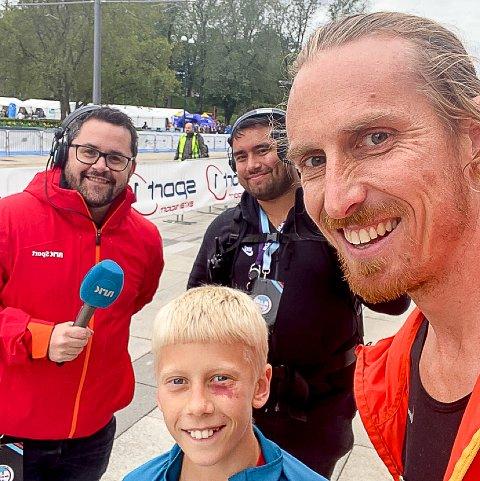 STOLT: Kreftsyke Pål Oraug løp inn på sterke 34:38 på 10 kilometer under Oslo Maraton. Med seg hadde han sønnen Martin (12) som løp på 46:11.  Her intervjues de av NRK.