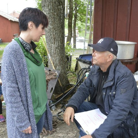 DISKUSJON: Anneli Sollie (35) og Dennis Storhøi (54) i samtale under prøvene.