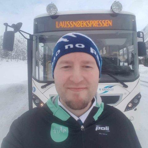 FEKK HJELP: Hjelpa kom frå uventa hald då Jan Tore Svedal Elvheim i Tide Buss Sogn etterlyste eit par stolne skilt.