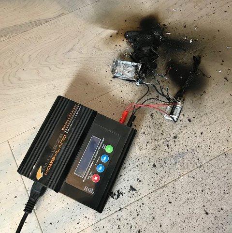 KUNNE GÅTT ILLE: Brannen startet i et batteri som lå til lading på gulvet. – Ganske flaks at det ikke lå nærmere gardina, sier Jan Erik Hansen i brannvesenet. Foto: Nedre Romerike brann- og redningsvesen