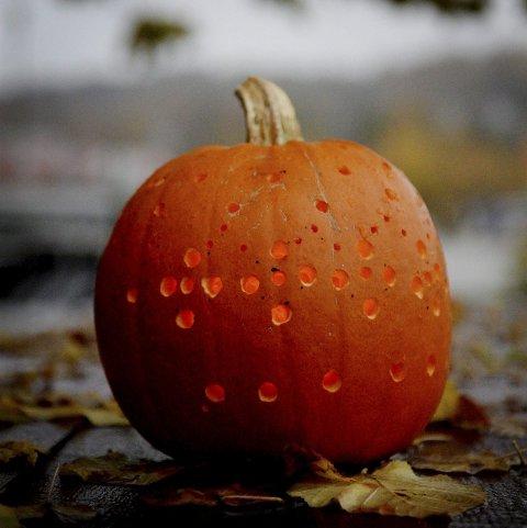 GRESSKAR: Et viktig symbol for halloween-feiringen. Ofte  med utskoret fjes og et levande lys inn.  Her uthulet med drill.