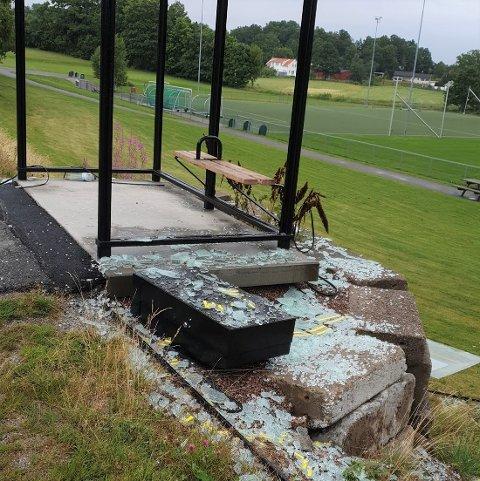 KNUST: Skadeverk på busskur ved fotballbanene på Vear.