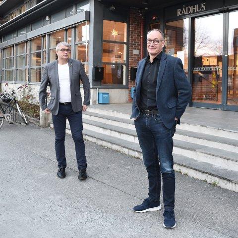 GODE TALL: Økonomisjef Roar Størset (t.h.) og kommunedirektør Tor Jakob Reitan kan legge fram tall som viser rekordoverskudd i 2020.