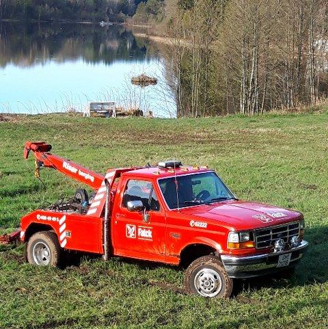 Her står bergingsbilen fastkjørt på et jorde. Foto: Tipser
