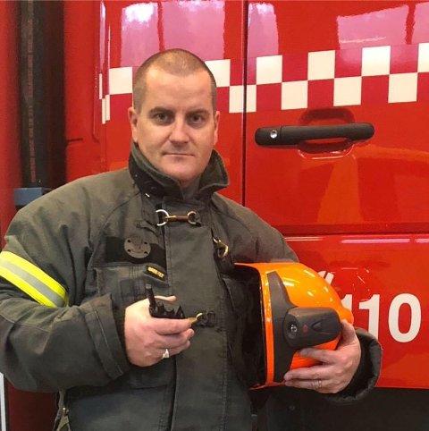 GOD KOMBINASJON: – Jeg søkte på jobben fordi kombinasjonen av tilsyn og brannsjef passer meg veldig godt, sier Roger Egeli til Agder.