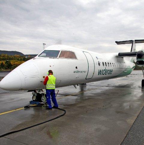 PÅ BAKKEN: Widerøes flymaskiner sliter med det ekstreme lavtrykket. På grunn av instrumentene må flyene stå på bakken til lavtrykket har passert.
