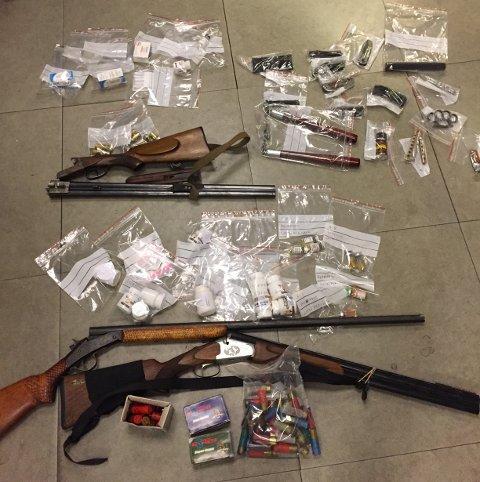 BESLAG: Politiet fant både våpen, narkotika og dopingpreparater da de ransaket hjemmene til de ni personene de pågrep på byens treningssentre mandag 8. mai.