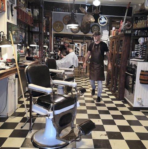 IDEELLE LOKALER Det lange og smale lokalet er helt ideelt og hardpakket med autentisk nips og barberrelaterte produkter.