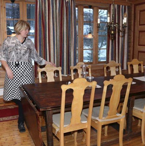 Disse stolene ble laget av Torolf Ravatn. – Historien forteller at han ikke dro i sønnens konfirmasjon fordi han måtte få ferdig stolene til engelskmennene kom, sier Laksfors. Villaen er har 13 sengeplasser, men rundt spisebordet er det bare plass til tolv. Den siste senga var kokka si.