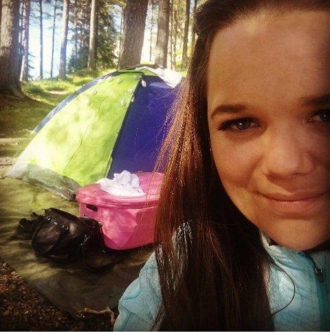 ETTERLYSER: Linda Tetlimo overnatter på Mosjøen camping i bare en natt, og føler hun ikke fikk opplevd nok i Mosjøen. Nå søker hun historier fra vefsningene til boka si.