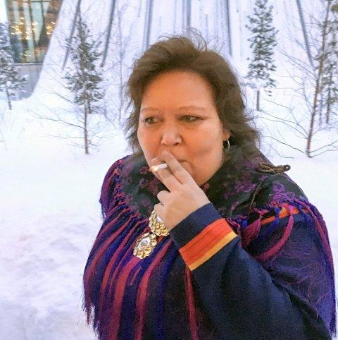 PÅ røykehjørnet: Sametingets kommende president har en last. Derfor finner vi henne ofte på «røykehjørnet» bak plenumsbygget i Karasjok. begge Foto: Tor Kjetil Kristoffersen