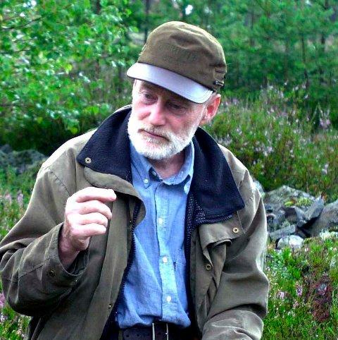 EKSPERT: Torben Hedegart i viltforvaltningen i Kongberg kommune, sier at turfolk må gå omveier om man møter nyfødte rådyr.