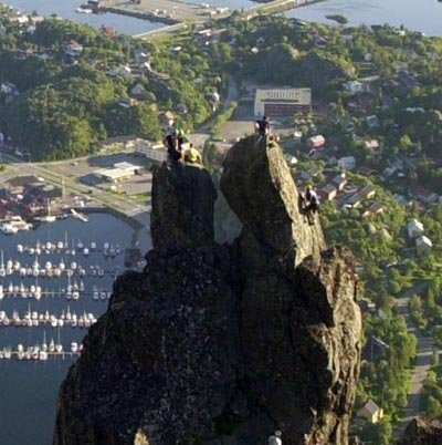 Å hoppe fra det høyre hornet til det venstre er en populær attraksjon i Svolvær.