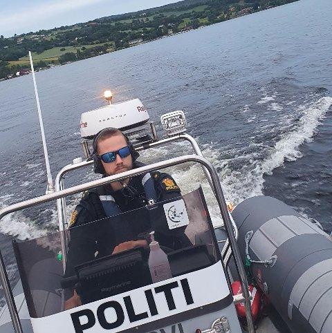 PÅ RANDSFJORDEN: Politiets båtpatrulje reiste fra Fluberg og sørover til Røykenvik.