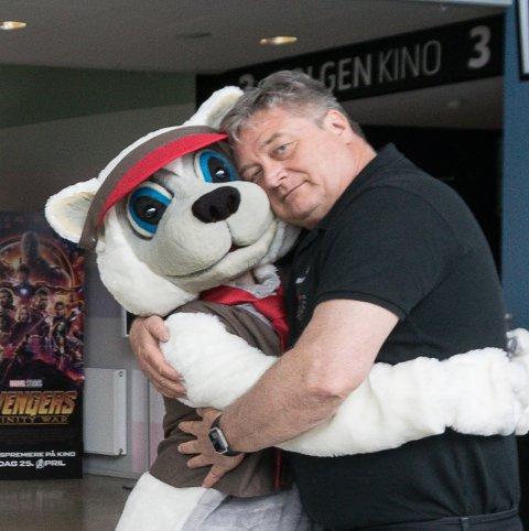 POPPE: Maskotten Poppe gir ikke bare Lasse Brennvall en klem. Du kan sikkert få en du også når det er barnefilmfestival kommende lørdag.