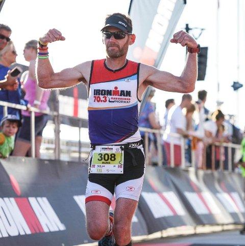 GOD FORM: Rune Svendsen (43) ble alvorlig syk for 16 år siden. Nå har han lært seg å leve med sykdommen. Her går han over målstreken etter å ha svømt 3,8 kilometer, syklet 180 kilometer og løpt 42,2 kilometer i triatlonet Ironman Haugesund.