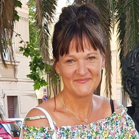 SINGEL MAMMA: Yvonne Andersen (51) har vært alene i snart seks år. Det syntes døtrene var lenge nok, og la mammaen ut på «markedet». mandag kveld.