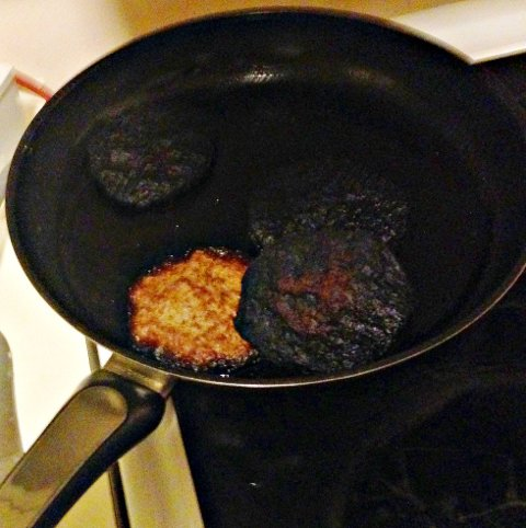 ADVARER: Brannvesenet ber deg bli ved grytene når du lager mat.