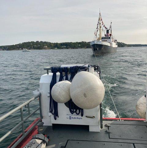SLEPES: DS «Kysten» måtte få hjelp av Røde Kors-båten søndag ettermiddag. – Dette er det tyngste slepet vi har hatt i år, skriver de på bildet