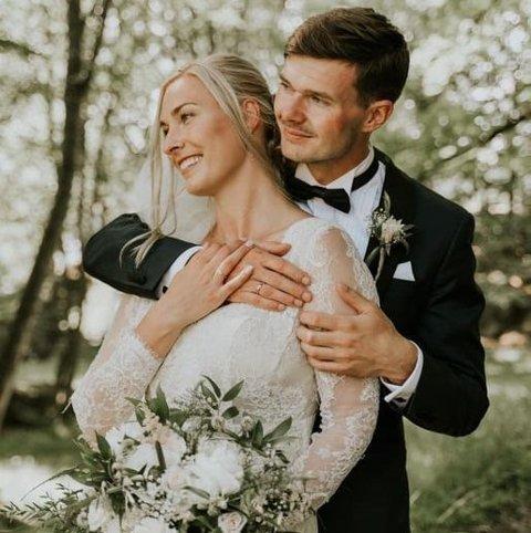 Nygift: Silje Marie og Bendik Lid Brunvoll giftet seg i Dypvåg kirke forrige helg, søndag kjørte de alle blomsteroppsatsene til Strannasenteret. — Vi håper flere vil gjøre det samme, sier de.  Foto: Mari Gjørv/@tolovethatlast