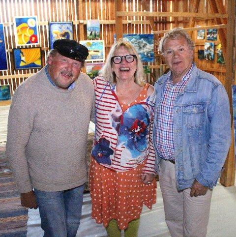 Glad gallerist: Gallerist Gro Lystad er svært glad for å ha kunnet fylle det gamle sauefjøset med kunsten til Øivind Jorfald (t.v.) og Geir Børresen.