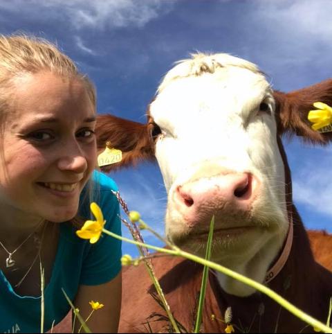 DEN NYE KAPTEINEN: – Det er kosen med å ha dyr som er viktigast – og å halde garden i hevd, seier Synnøve Onstad Hjelle (27)