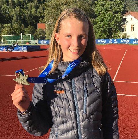 PÅ PALLEN: Mari med medaljen hun sikret seg i kretskampen.