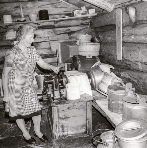 Seterliv: Anna Gravem i mjølkbua på Østigardssetra på Vangan i Grødalen i 1979. Anna var setertaus til langt utpå 1960-tallet.