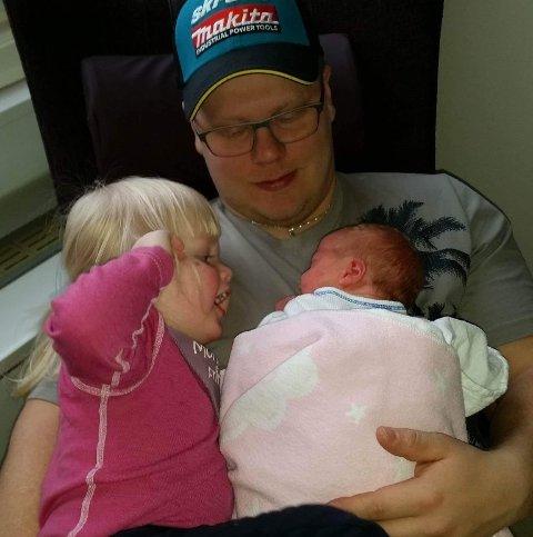 Innsamlingsaksjon: Lars Nikolas Kuhmunen (32) ble brått revet bort fra samboeren og hans to små døtre, som på bildet ligger i armkroken hans. Nå har det blitt opprettet en innsamlingsaksjon for å hjelpe de etterlatte økonomisk.